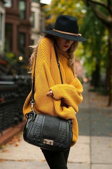 Jersey mostaza con sombrero negro